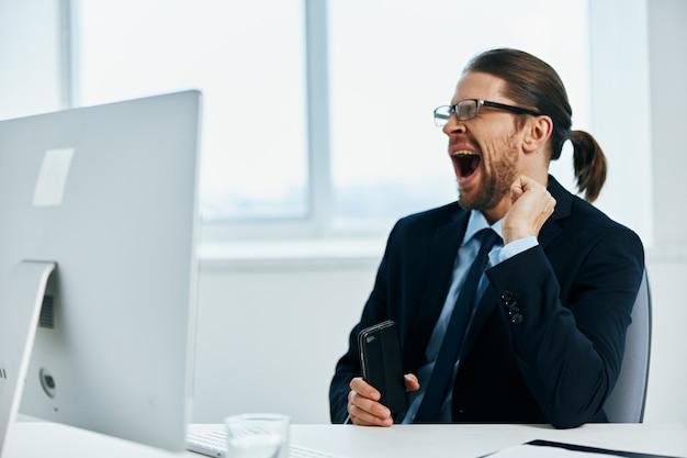 Trabalhador de escritório trabalhando na frente de um chefe de documentos de computador
