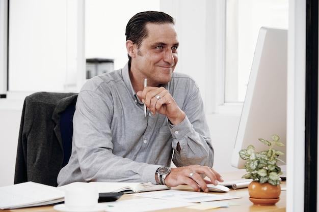 Trabalhador de escritório trabalhando no computador