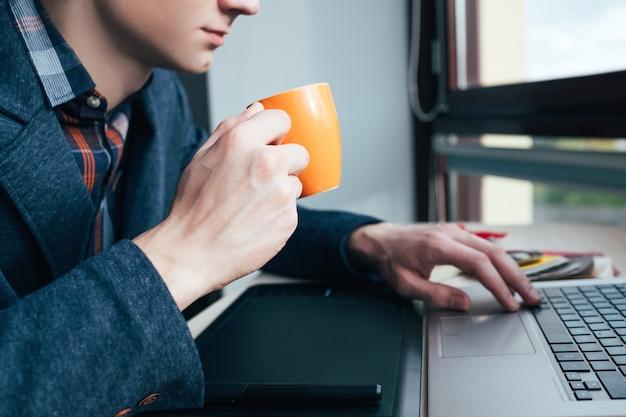 Trabalhador de escritório, verificando seu perfil de mídia social durante a pausa para o café. vício em internet