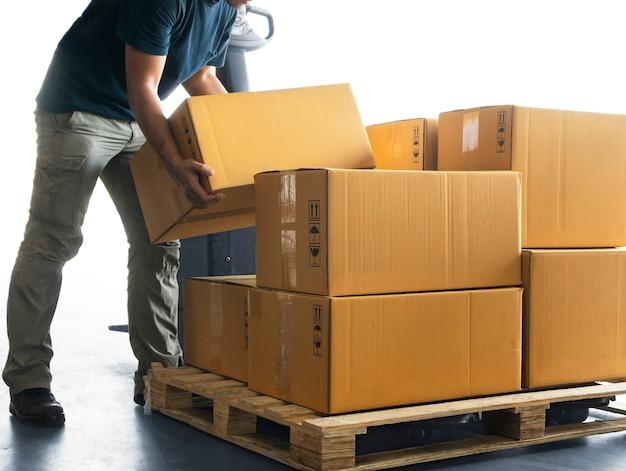 Trabalhador de levantamento de caixas de embalagem em caixas de transporte de carga de paletes logística de armazém de transporte