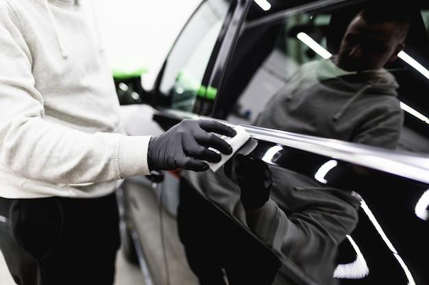 Trabalhador de limpeza de carro - conceito de detalhamento (ou manutenção) do carro. foco seletivo.