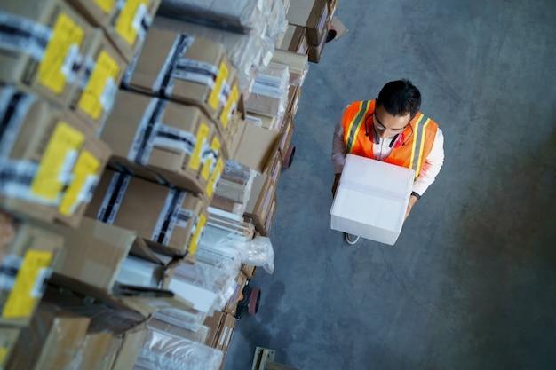 Trabalhador de logística com caixa