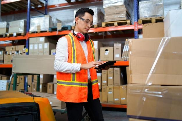 Trabalhador de logística com um tablet