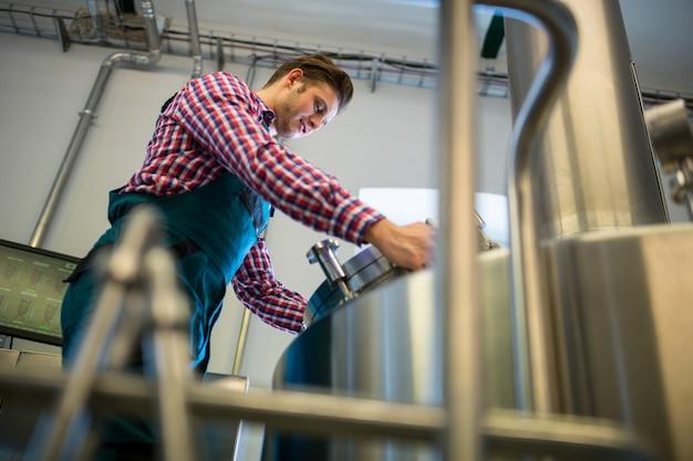 Trabalhador de manutenção trabalhando na cervejaria