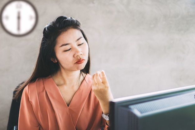 Trabalhador de mulher asiática preguiçoso e entediado para trabalhar