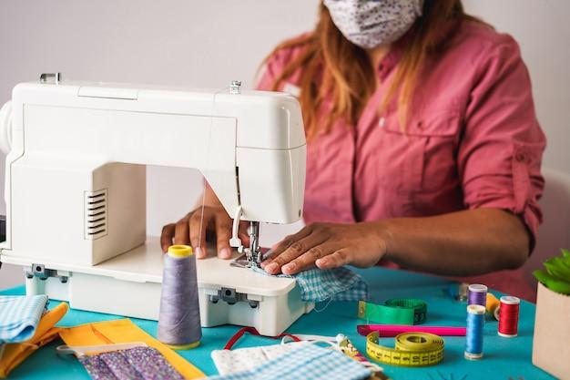 Trabalhador de mulher costura máscaras faciais na moda