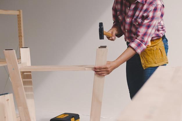 Trabalhador de mulher na oficina de carpinteiro.