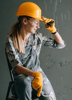 Trabalhador de mulher no capacete
