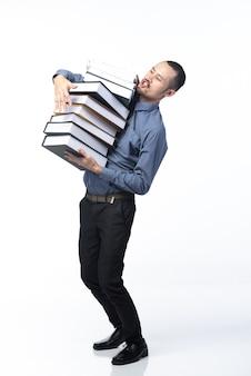 Trabalhador de negócios asiáticos com pilha de documentos, isolada