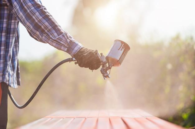 Trabalhador de pulverização de tinta para tubo de aço para evitar a ferrugem na superfície