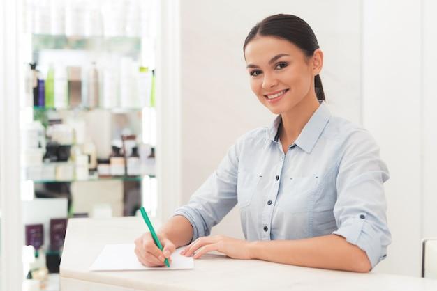 Trabalhador de recepção sorridente no salão de beleza