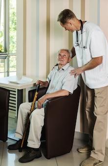Trabalhador de saúde e paciente idoso