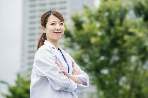 Trabalhador de saúde feminina asiática no jaleco branco