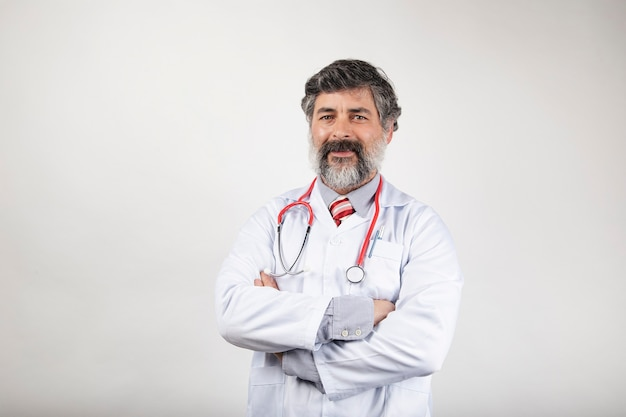 Trabalhador de saúde masculino feliz com os braços cruzados