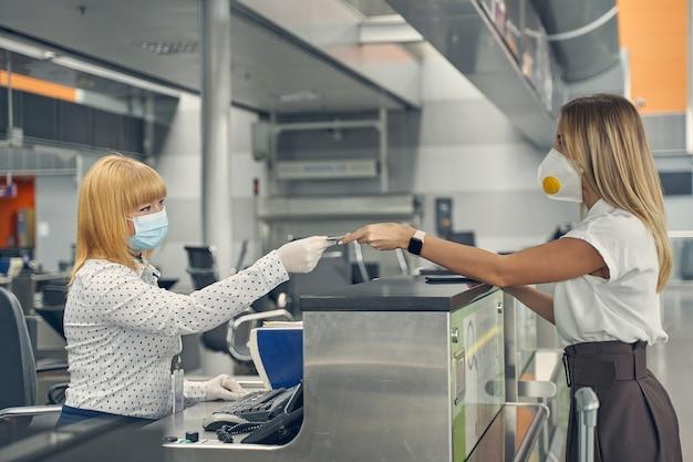Trabalhador de segurança satisfeito sentado em seu local de trabalho e consultando seu passageiro antes de embarcar