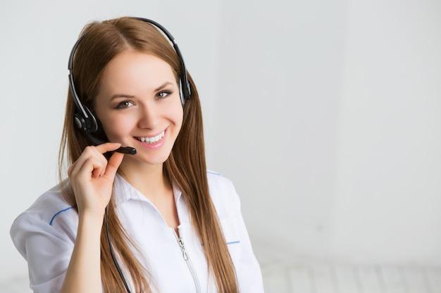 Trabalhador de serviço ao cliente mulher, operador sorridente de call center