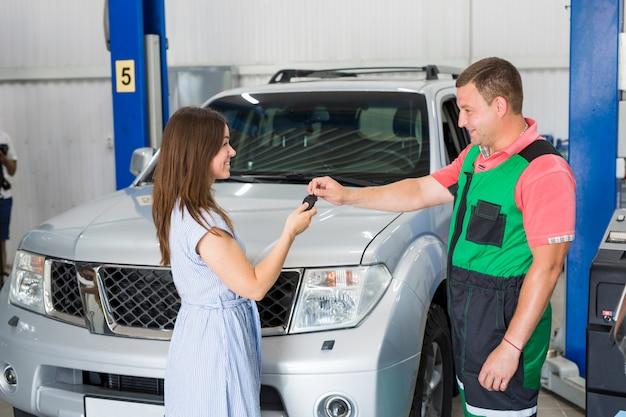 Trabalhador de serviço de carro realiza diagnósticos e reparos de carro na sala.