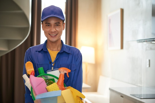 Trabalhador de serviço de limpeza positivo