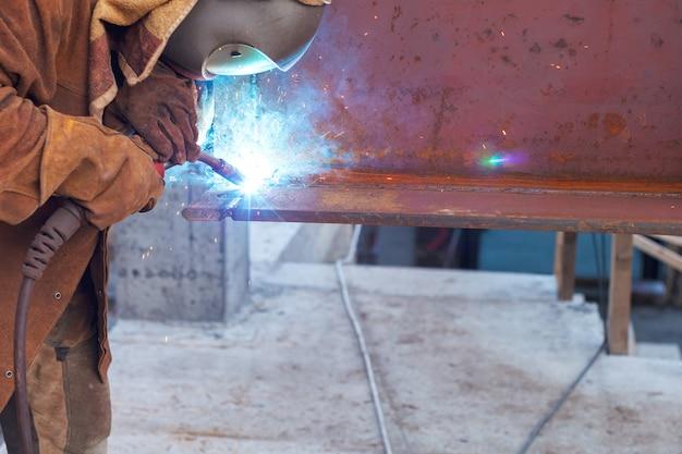Trabalhador de solda em uma fábrica. solda em uma planta industrial