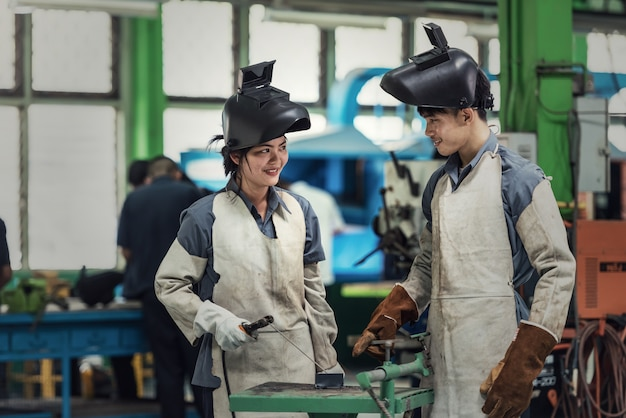 Trabalhador de soldador industrial na fábrica