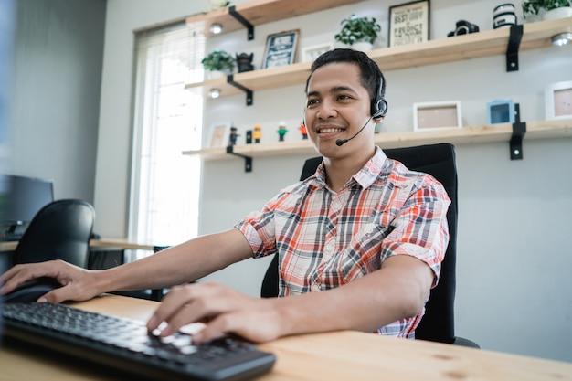 Trabalhador de tele marketing casual jovem