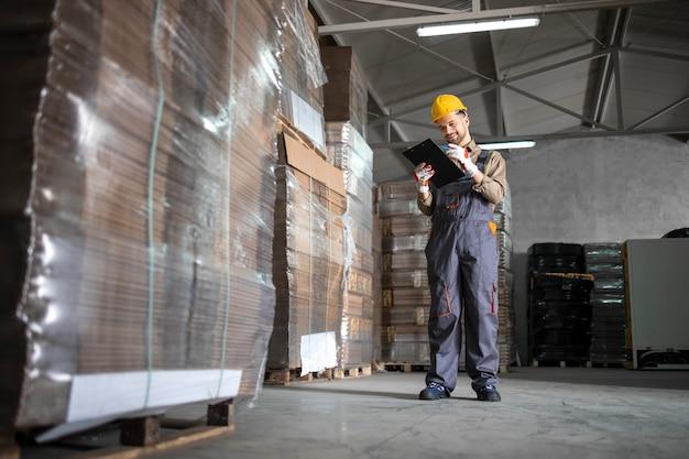 Trabalhador do armazém verificando o estoque no departamento de armazenamento do armazém.