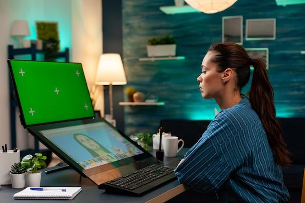Trabalhador do editor de estúdio olhando para a tela verde no monitor