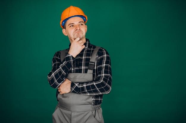 Trabalhador do homem no capacete isolado