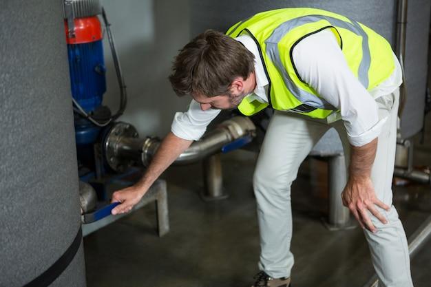 Trabalhador do sexo masculino operando máquinas na fábrica