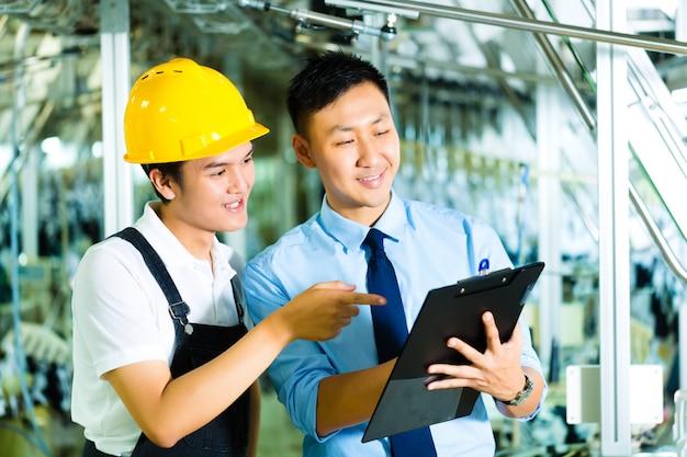 Trabalhador e gerente de produção com área de transferência