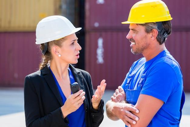 Trabalhador e gerente no terminal de contêineres do porto