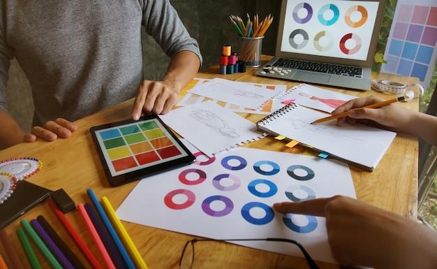 Trabalhador elegante de designer de moda como esboço de nova coleção em ateliê. conceito de design criativo.