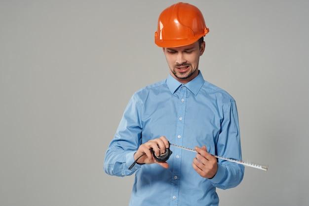 Trabalhador em forma de trabalho de construção de fundo isolado