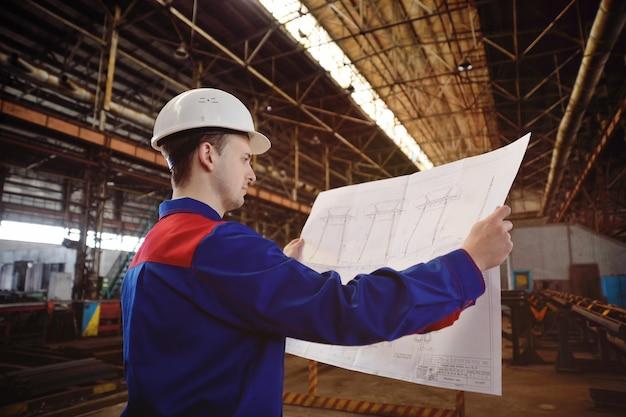Trabalhador em um capacete de construção com um desenho