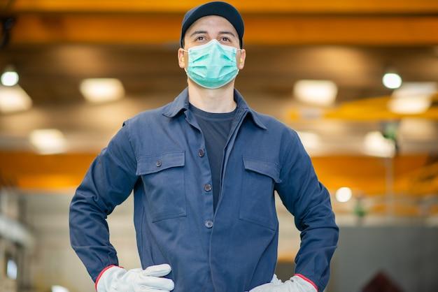 Trabalhador em uma fábrica usando uma máscara
