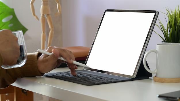 Trabalhador escritório, usando, tabuleta, em, escritório