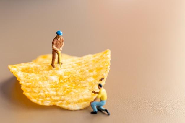 Trabalhador está trabalhando com batatas fritas
