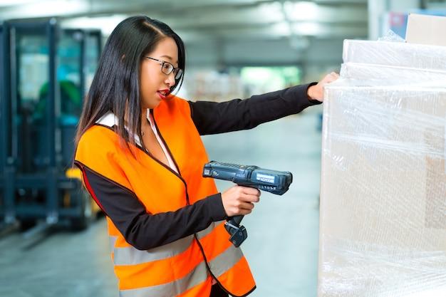 Trabalhador faz a varredura do pacote no armazém de encaminhamento
