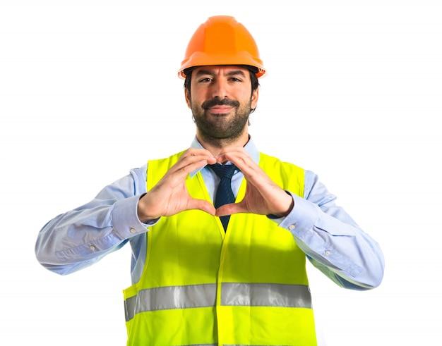 Trabalhador fazendo um coração com as mãos