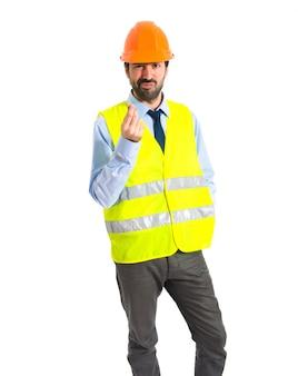 Trabalhador fazendo um gesto de dinheiro