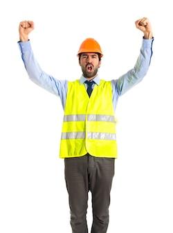 Trabalhador fazendo um gesto de vitória