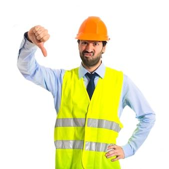 Trabalhador fazendo um sinal ruim