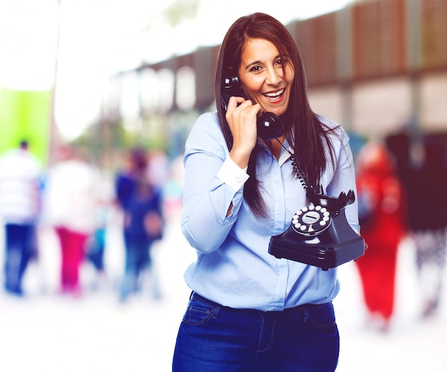 Trabalhador feliz ao falar no telefone