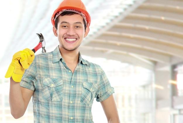 Trabalhador feliz com martelo