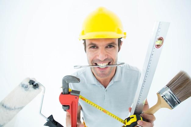 Trabalhador feliz com vários equipamentos