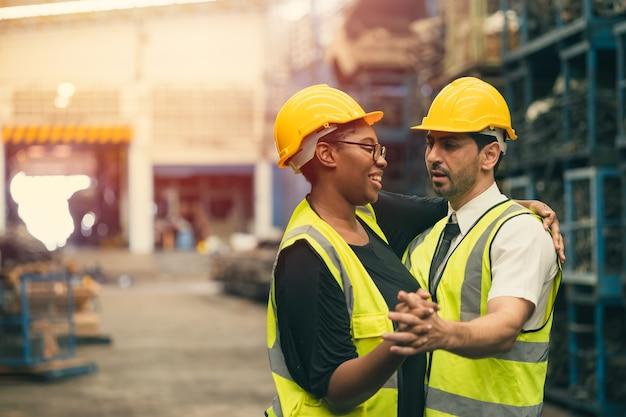 Trabalhador feliz, equipe de engenheiros gosta de trabalhar com felicidade dançando juntos momento de sorriso engraçado no local de trabalho