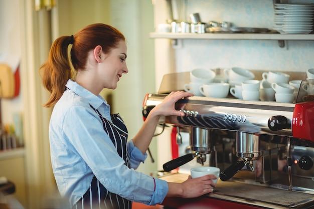 Trabalhador feliz usando máquinas no café