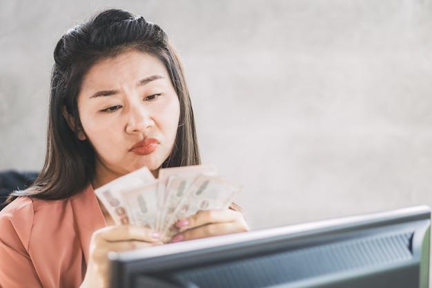 Trabalhador feminino asiático descontente com menos salário