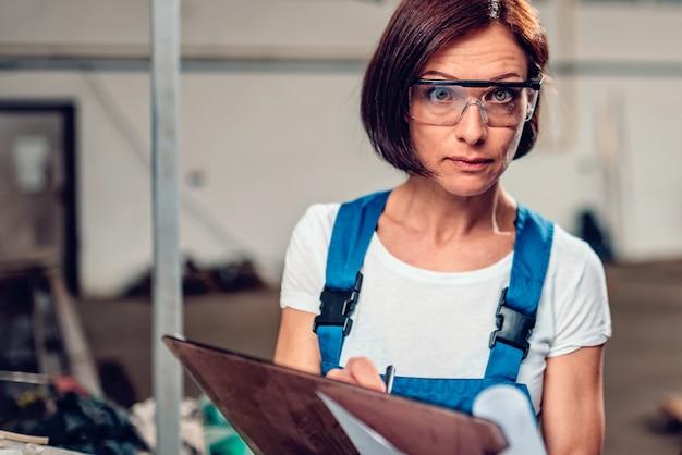 Trabalhador feminino confuso olhando