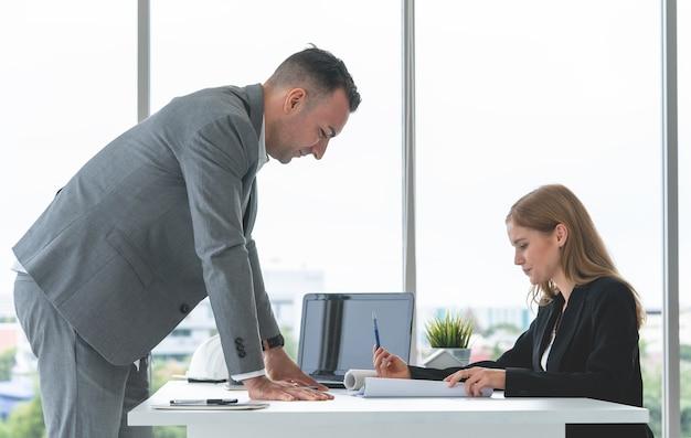 Trabalhador feminino está mostrando seu chefe a vista lateral do plano